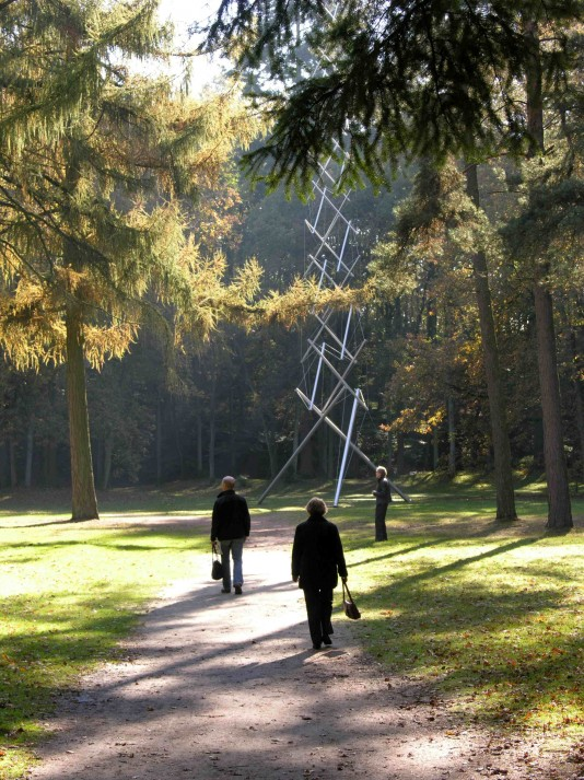 "Participants make their way over to one of the stops on the garden tour: ""Needle Tower,"" Kenneth Snelson, 1968."