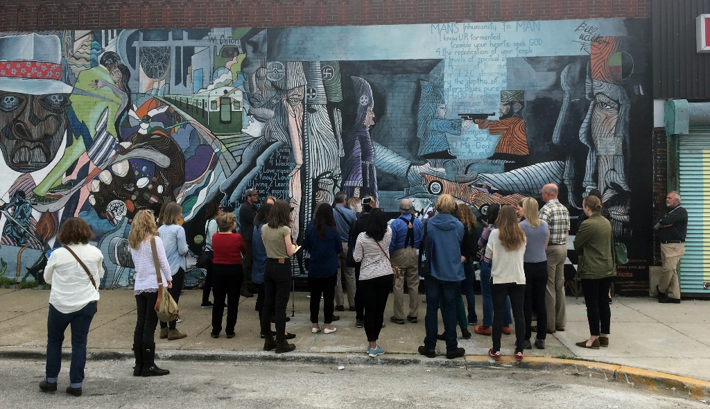 "Participants in the workshop in Chicago at the restored mural: ""The Wall of Daydreaming and Man´s Inhumanity to man"", Photo credit: V. Werckmeister"